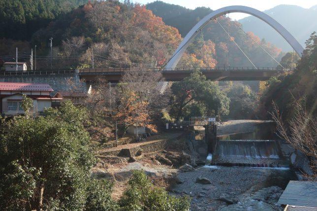 秋川渓谷と新矢柄橋